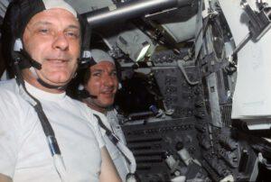 """Tom Stafford (v popředí) a Vance Brand obklopeni """"lehce ojetými"""" panely"""