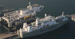 Plošina Odyssey včetně doprovodného plavidla Sea Launch Commander po opravě po havárii z roku 2007.