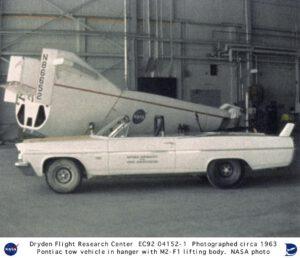 Na první pohled nenápadné, ale velmi výkonné vozidlo Pontiac Catelina ve službách NASA. V pozadí letoun M2-F1.