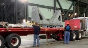 Příjezd kamionu s podpůrnými sloupky VSP do haly VAB