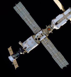 Stroj 12801 se nakonec do vesmíru dostal pod jménem Zvezda...