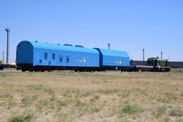 ... a vlak může vyrazit vstříc montážní hale, kde už čeká raketa Sojuz-2.1a