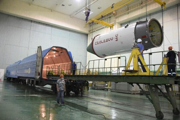 Příprava na transport Progressu MS-15 do montážní haly.