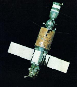 Saljut 6 s připojeným Sojuzem-31
