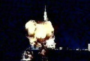 Hořící raketa krátce před aktivací záchranné věžičky SAS