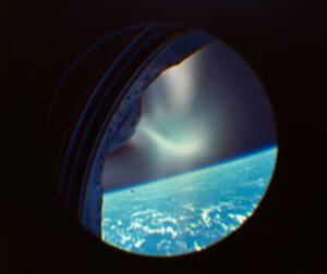 Záběr z okénka Gemini II během návratu do atmosféry
