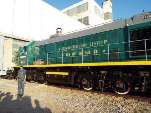 Lokomotiva TEM2UM-201 při přepravě Sojuzu MS-13. za povšimnutí stojí upravený komín. Vyrobený z 200 litrového sudu.