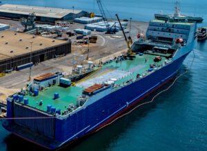 V přístavu Pensecola probíhají úpravy plavidla. Zatím jsou zvenčí patrné pouze drobnější úpravy.
