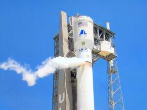 Atlas V pro rover Perseverance během zkušební simulace předstartovních činností - všimněte si, že na raketě je jen spodní část aerodynamického krytu.