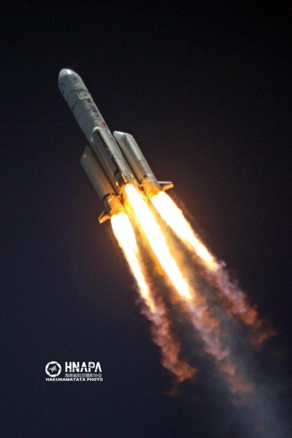 Detailní pohled na let rakety Dlouhý pochod 5 s misí Tianwen-1