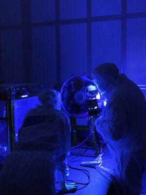 Zkouška otočného držáku filtrů přístroje NISP. Díky tomuto systému si vědci budou moci vybrat, které vlnové délky infračerveného světla bude přístroj analyzovat.