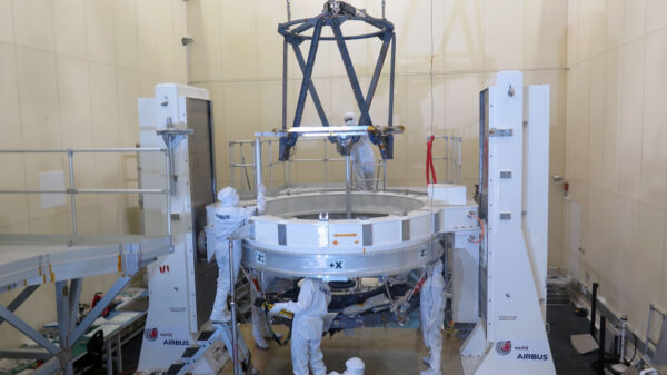 Podpůrná konstrukce sekundárního zrcadla teleskopu Euclid během příprav na závěrečnou integraci a optické seřízení v areálu firmy Airbus v Toulouse.