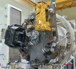 Model modulu pro užitečný náklad mise Euclid určený ke strukturálním a termálním zkouškám. Přístroj VIS je pokryt černou tepelnou izolační vrstvou, přístroj NISP pokrývá zlatá izolace.