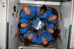 Astronauti z mise STS-131 ve staničním modulu Cupola.
