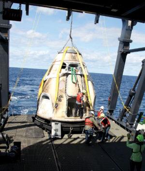 Vylovení Crew Dragonu při nepilotované testovací misi DM-1.