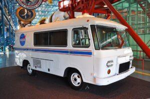 Legendární upravený karavan, který vozil astronauty z programu Apollo a zažil i začátek éry raketoplánů.