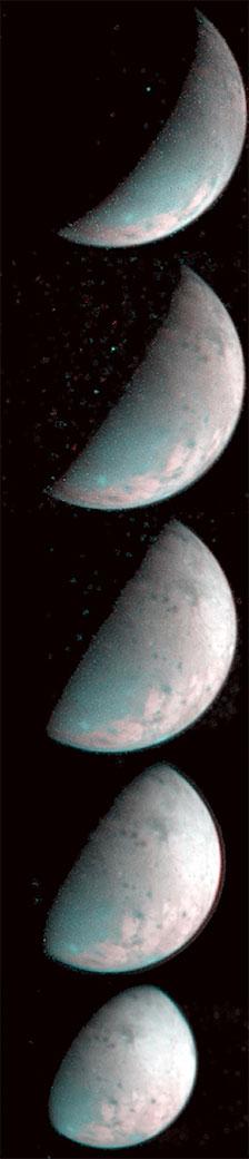 Snímky Ganymedova severního pólu pořízené 26. prosince 2019 přístrojem JIRAM. Led v okolí pólů je ovlivněn dopadajícími nabitými částicemi a liší se od ledu v rovníkových oblastech.