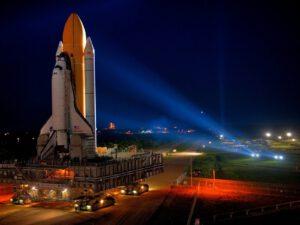 Raketoplán Discovery na pásovém dopravníku během přesunu na rampu