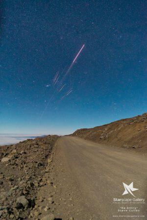 Zánik horního stupně rakety CZ-3B (Dlouhý pochod-3B) z vyhaslé sopky Mauna Kea na Havaji.