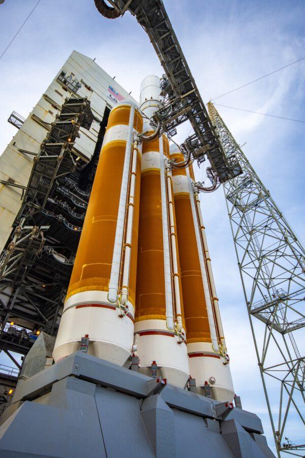 Delta IV Heavy na rampě