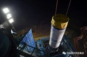 Sestavování rakety Dlouhý pochod 2D pro družici Gaofen-9 (05)