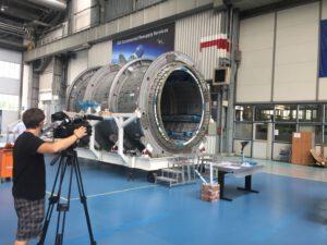 Počáteční výroba modulu PCM nákladní lodi Cygnus v Thales Alenia Space. Zde bude vyroben i o metr delší modul HALO.