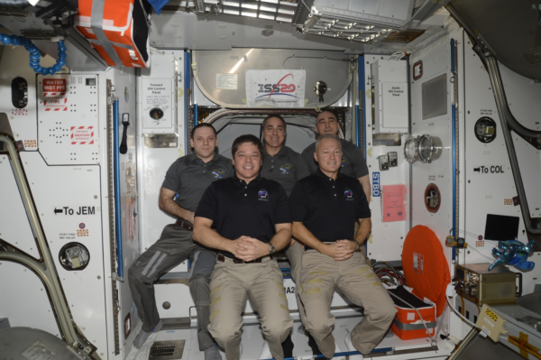 Loučení posádky stanice s dvojicí, která odletí v Crew Dragonu