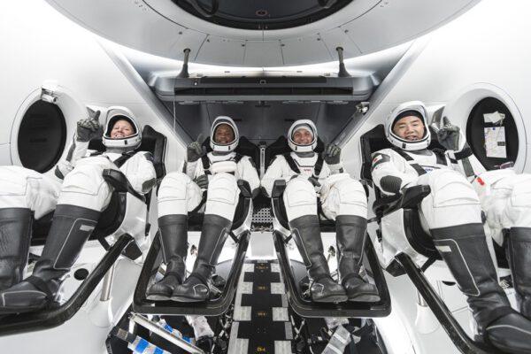 Posádka první operační mise Crew Dragonu