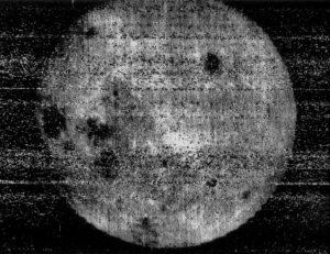 Odvrácená strana Měsíce z Luny 3. Zdroj: Wikimedia Commons