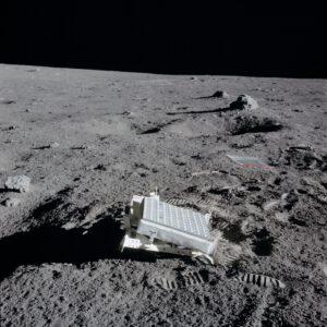 Umístěný koutový odražeč na povrchu Měsíce