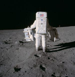 Astronaut z Apolla přenáší sadu pro koutový odražeč