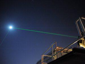 Posílání svazku laseru k Měsíci