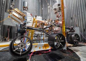 Snímek z vakuové komory ukazuje, jak bude vypadat Ingenuity po oddělení od roveru Perseverance.