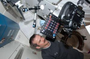 Kanaďan Chris hadfield připravuje během 34. expedice experiment BCAT (Binary Colloidal Alloy Test).
