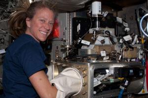 Američanka Karen Nyberg při obsluze experimentu ACE ( Advanced Colloids Experiment).