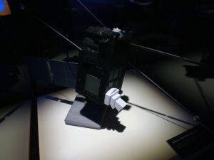 Model družice Taranis na výstavě Cosmos Discovery. Model má měřítko 1:5, antény mají měřítko 1:10.