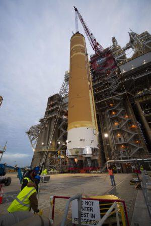Konec ledna 2020 - instalace centrálního stupně rakety SLS pro misi Artemis I na testovací stanoviště.