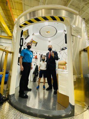 Kongresman Brian Babin v interiéru makety kabiny landeru Národního týmu