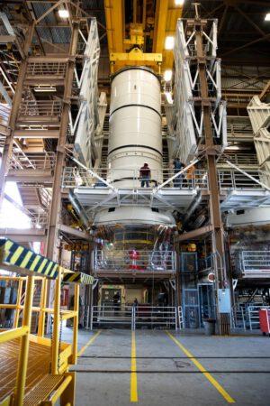 Letové segmenty SRB pro Artemis I jsou připravovány v budově RPSF v Kennedyho vesmírném středisku. Na fotografii je spodní díl pravého SRB.