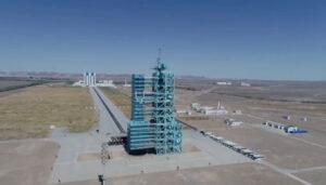 Vzletová rampa raket Dlouhý pochod-2F na kosmodromu Ťiou-čchüan.