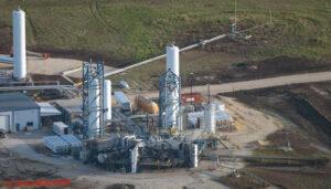 Vlevo vidíme instalovaný motor Raptor pro práci ve vakuu, napravo od něj pak Raptor pro práci v atmosféře s mnohem menší tryskou.