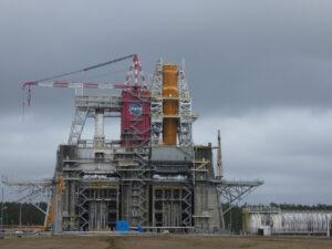 Testovací stanoviště B. Vpravo dole je ukotven jeden z člunů, které budou dodávat kapalný kyslík a kapalný vodík.