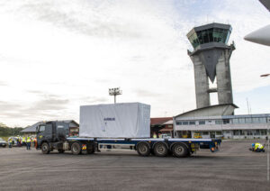 Převoz kontejneru s družicí SEOSAT-Ingenio.