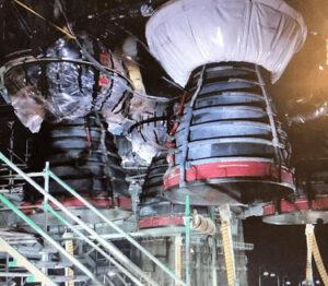 Čtyři motory RS-25 centrálního stupně SLS během zkoušky naklánění, 1. září 2020