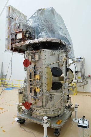 Družice Landsat 9 během stavby.