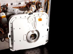 Přístroj PIXL - vstupní otvor pro záření je obklopen diodami.