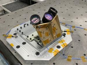 Navigační Dopplerovský lidar tvoří konstrukce obsahující elektro-optické a elektronické součástky a optickou hlavu se třemi teleskopy. Zdroj:
