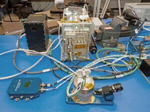 Díly systému SPLICE připravené k inspekci před letovými testy.