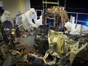 Instalace přístroje VIS do těla teleskopu Euclid.