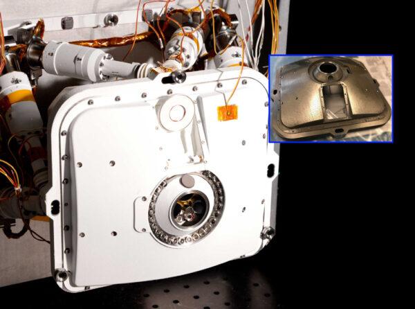 Přístorj PIXL nese hned pět dílů vyrobených 3D tiskem. Na vloženém obrázku je vidět část dvoudílné schránky po dokončení.
